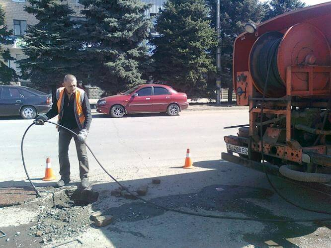 В Константиновке за две недели службой водоотведения устранено 86 заторов