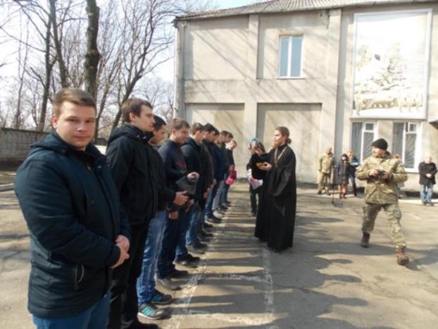 В Константиновке торжественно провели в армию призывников