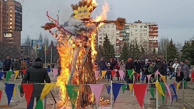 В Константиновке на площади у Дворца культуры отпраздновали Масленицу
