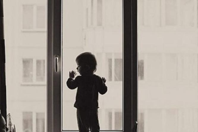 В Константиновке двухлетний ребенок выпал из окна многоэтажки