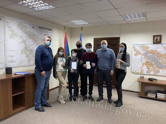 Олег Азаров вручил ключи от квартир детям-сиротам и многодетной семье