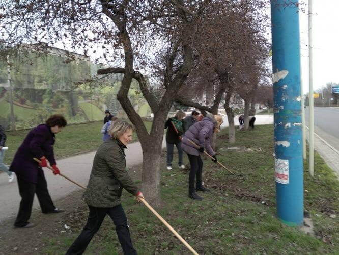 Сотрудники Дворца культуры и досуга привели в порядок территорию возле Дома культуры