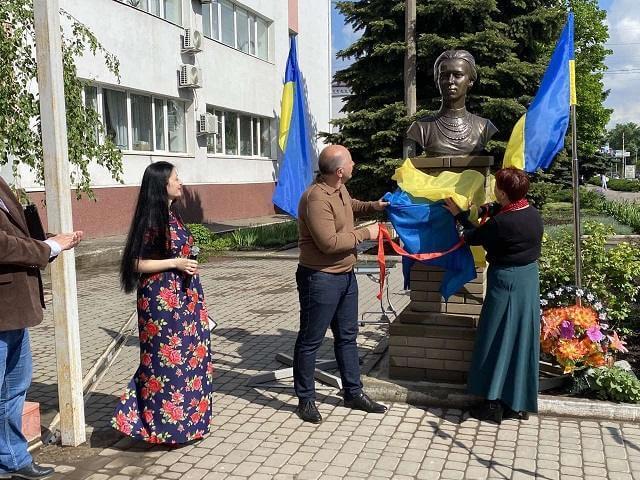 В Константиновке торжественно открыли памятник Леси Украинки