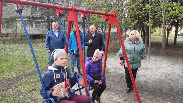 В Константиновке начата работа по реставрации детских качелей в скверах