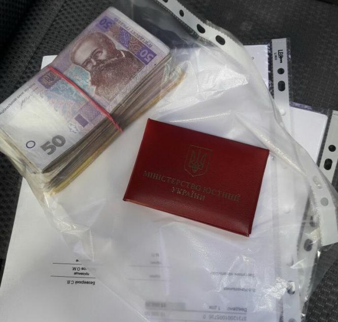 Чиновник требовал от жителя Константиновки взятку в 20 тысяч гривен