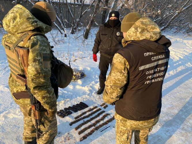 В Константиновке пограничники обнаружили в снегу пакет с боеприпасами