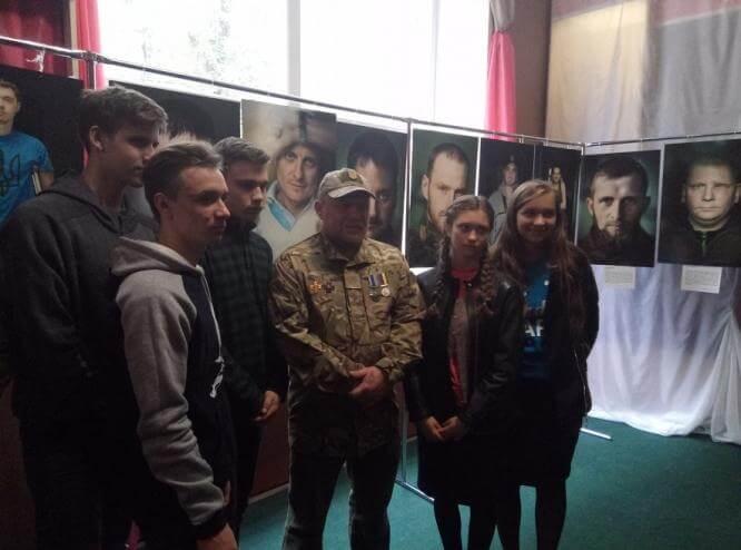 В Константиновке открылась передвижная выставка «Портрет солдата»