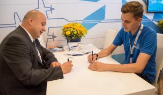 Украинцы на авиафоруме Ле Бурже 2019: авиатор подписал контракт на разработку проектов Boeing