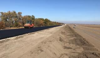 На трассе Мирноград - Константиновка уложили 1 километр асфальтобетонной смеси