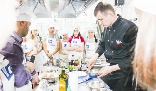 Шеф-повар Сергей Видулин учит жителей Донбасса готовить блюда средиземноморской и азиатской кухни