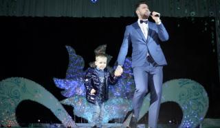 Для жительниц Константиновки выступил участник второго сезона «X-Factor» Олег Кензов
