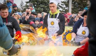 В Дружковке испечен гигантский блин и установлен рекорд Украины