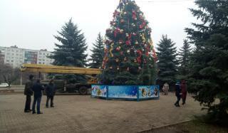 В Константиновке украсили главную елку города